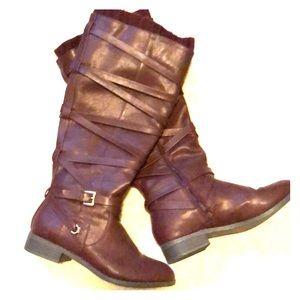 Like New burgundy boots w/ great detail! Worn 1x